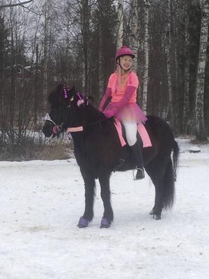 Jenny Lindqvist kom tvåa i maskeradtölten med sin åttaåriga häst Area från Forsen.
