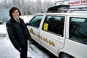 Foto: ANNAKARIN BJÖRNSTRÖM Skiftet börjar. Kerstin Öberg är en taxiförare som, till skillnad från Bosse, klarat sig från rånförsök. - Ta i trä, säger hon när kvällsskifter börjar.