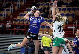 Handboll, IVH Västerås-Rimbo HK i Bombardier Arena i Västerås. Nr 21 i IVH heter Sofia Olovsson. Täckande 27 i Rimbo, Cassandra Tollbring.