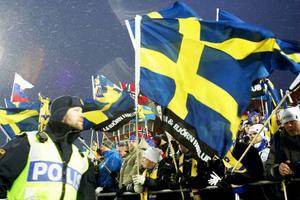 Byggföretaget XL Bygg med lokala butiker över hela landet var på plats med fler än 100 anställda. De blev tvingade att klippa bort företagsnamnet nederst på de svenska flaggorna. Annars hade det inte blivit någon direktsändning i tv.