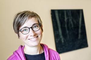 Märit Aronsson från Ås är i dag verksam i Trondheim. I bakgrunden syns Torhild Aukans verk gjort på trä.
