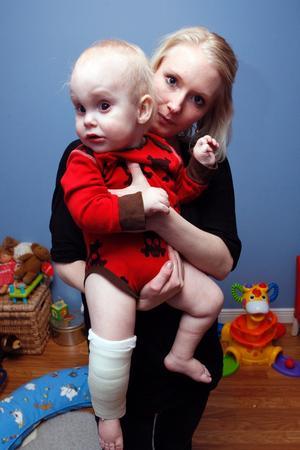 Det blev många turer mellan vårdinrättningar innan Liam Jonsson fick rätt ben gipsat. Mamma Maria Eriksson är med på bilden.