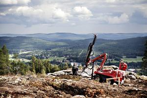 Fin utsikt har bergborraren som ska se till att stolparna till den nya skidliften blir ordentligt förankrade.