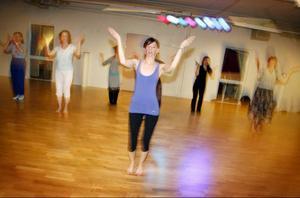 Eva Martinsson leder kurser i flera orentaliska danser. Här lär hon ut ett 20-tal kvinnor bollywood.