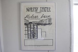 Premiär. Helena hade sin första roll i Medeas barn. Affischen finns fortfarande kvar på Norrby teater.