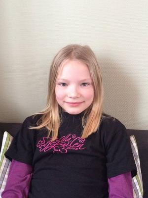 9-åriga Linnea Mossberg tröttnade på dålig belysning och att gå längs den farliga vägen till skolbussen. Domstolen gav henne rätt mot Gävle kommun.