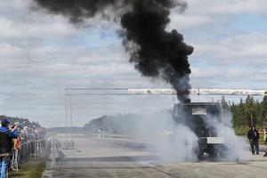 Lastbilsförarna gasade så däcken spann mot asfalten och tjock rök steg mot himlen.