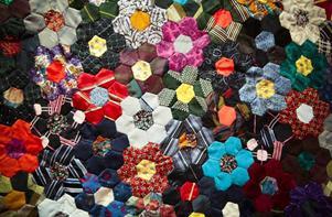 Det här mönstret är gjort av gamla slipsar. Konstnären heter Carin Norén, som är aktiv i förenignen Jämtkvilten.