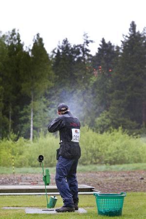 De yttre förutsättningarna för att skjuta bra i landslagstestet i Nordisk trap var inte de bästa i Valbo i helgen. Men Fredrik Amour från Svenljunga avslutade i alla fall med att skjuta ner 24 och 25 duvor i finalserien och vann den. Totalt blev han fyra.
