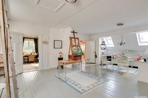 På övervåningen finns en ateljé i fastigheten Broarna 63.