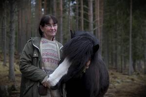 Eva Lidberg kör hem ved med nordsvensken Troll.