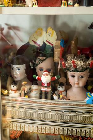 Massvis av inspirerande material till Karins framtida smycken och kreationer finns vackert exponerade i glasskåp i verkstaden.