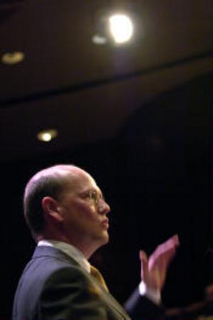 äringsminister Thomas Östros borde lägga sin energi på att uppmuntra istället för att förhindra företagande.