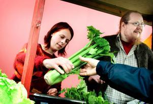 Evelina Hultgren och Linus Nilsson är två av de lokala grönsaksodlare som funnits på plats då Tunabygdens Höstmarknad arrangerats tidigare. Bilden är från 2009.