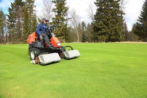 Khalid Ibrahim jobbar på golfbanan och förbereder inför lördagens öppning. Servering blir det dock inte.