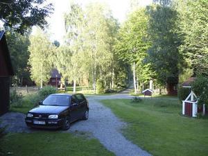 Väg utanför det hyrda huset i Småland.