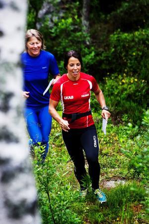 Sundsvalls OK sammanförde de två världsmästarinnorna Charlotte Kalla och Arja Hannus för att den förstnämnda skulle få lite tips inför O-Ringen som startar om en vecka.