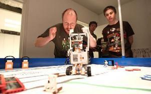 """""""Nej, gå då."""" Tobbe Arnesson försöker peppa roboten med åthävor. Sebastian ser lugnt på."""