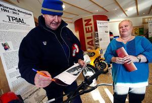 Hasse Hallin grundade Njurunda Motorklubb. Madeleine Skiöld tar hans autograf – eftersom han förutom många år som motocrossförare även har vunnit SM tre gånger i Nordisk kombination och tävlat för svenska landslaget i bob vid OS i Grénoble 1968.
