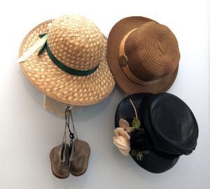 Fina hattar på väggen.