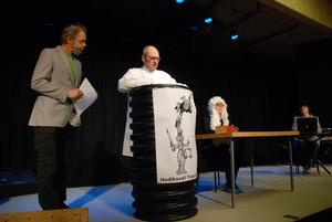 Gösta Barreby, Bengt Haglund, Johanna Lindgren tränar på en av scenerna till Färila revy.