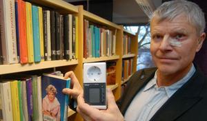Jan Rova visar en av de fem nya elmätarna som går att låna på Mora bibliotek och dess filialer. Foto:Hans Olander