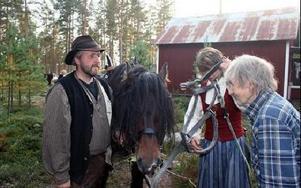 Hindriks Gösta hälsar Hans Ole och Heide Lyseggen från Trysil välkomna in i stugvärmen.FOTO:LEIF OLSSON