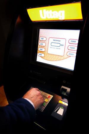 Hellre kontanter än kort, anser restaurang Oscar i Sundsvall och har därför skaffat en egen uttagsautomat. Avgifter för kortbetalningar är för hög, menar krogens vd Gert Sjögren.