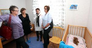 """Dagisbesök. Marie Frestadius (längst till väster) från Sandvikens lokala S-kvinnor besökte tillsammans med Lena Sommestad och Lena Erixon Sandvikens nattöppna förskola """"Dag och natt"""". """"Fantastisk förebild för andra kommuner"""" var Sommestads kommentar."""