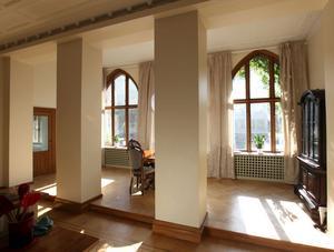 Tänk att Agnes har bott i detta hus. Med pelare och stora fönster mot gatan.