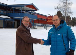 Parkstyrelsens ordförande Bengt-Åke Rehn (S), till vänster, hälsar Jan Berggren välkommen till Mora.