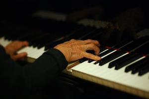 Lågt värderat.  Hur försörjer sig musiker och andra professionella konstnärer? Konstnärsnämnden har undersökt hur deras arbete avlönas.