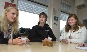Vilma Andersdotter, Andreas Modd och Hanna Sundin Fredin summerar sommarlovet samtidigt som de dricker lite cider och äter salta pinnar.