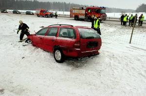 Voltade. Kvinnan körde av vägen i höjd med Ornäs på riksväg 50 i riktning mot Borlänge. Bilen voltade och for genom viltstängslet.