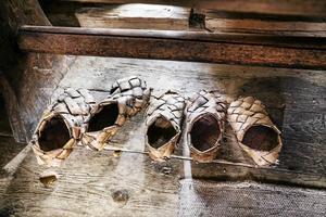 Näverskor i Gammelgården i Fågelsjö. Gottlund slet ut både sina läderstövlar och åtskilliga par näverskor under sina vandringar. Långa stycken gick han barfota för att spara skorna. Fågelsjö är en av de finnmarksbyar som han besökte 1817, närmare bestämt 24-26 juli.