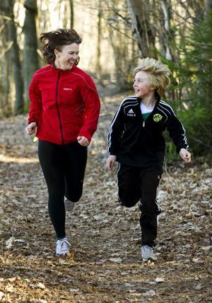 """Anette Nilsson och tioårige sonen Anton gillar att träna tillsammans. """"Vi pratar och får motion samtidigt"""", säger hon."""