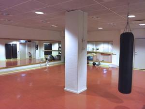 En boxningssäck kan göra arbetet roligare på ett kontor.
