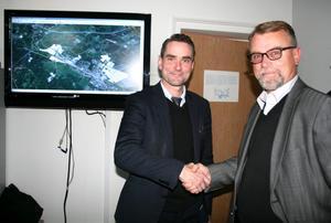 Otto Persson, vd för Train Alliance AB, och kommunalrådet Thomas Doxryd (S) har planer på ett nytt järnvägscentrum i Hallsberg. BILD: SAMUEL BORG