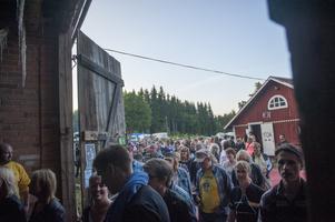 Publiken strömmar in till Ladn i Skog för liveuppträdande. Arkivbild.