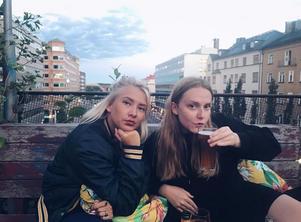 Fanny Jansson och Matilda Lenne, två av 15 medlemmar i BroderiklubbenBK.