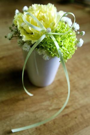 En äggkopp med blommor i kan man ha som dekoration.