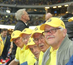 Centern Ove Olsson, målvakten Folke Eriksson, vänsterbacken Olle Olsson, högerinnern Börje Svedjesten och vänsterhalven Thord Zakrisson 50 år efter att de gick upp i division 3. Här på Friends Arena där de såg Sverige slå Frankrike i VM-kvalet.