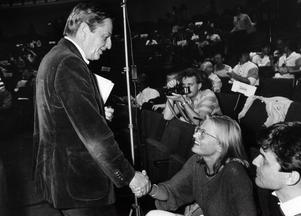 Olof Palme i sin mjuka manchesterkavaj - inköpt på inrådan av pressekreterare Bertil Rollén. På bilden gratulerar han Anna Lindh till ordförandeposten för SSU 1984.