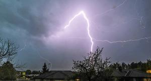 När ett åskoväder drar in är det säkrast att vara i en byggnad, enligt professor Vernon Cooray.