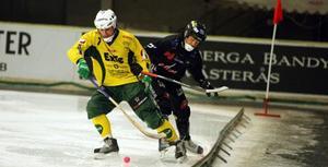 Matchbild från Västerås där Ljusdal möter Tillberga i ABB Arena. I gult Ljusdals Oscar Jonsson, och i svart Pelle Fosshaug i Tillberga.