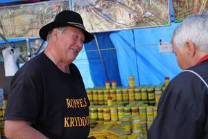 Handlare Rolf Karlsson sålde bland annat 280 sorters kryddor och mellan 40 och 90 år gamla bonader på marknaden i Los.