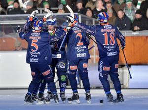 Bollnäsjubel efter ett av Patrik Nilssons mål i kvartsfinalen mot Hammarby. Andreas Westh, Jens Wiik och Anders Spinnars gläds tillsammans med målskytten.