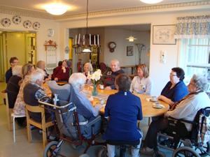 Boende och personal på Mångs-Pers i färila satt och fikade och hade det trevligt.