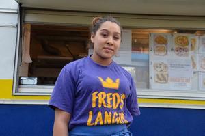 Marie-Claude Taikon säljer traditionell romsk mat på Sannamarken för att protestera mot polisens registrering av romer.