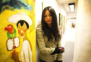Wen Ji ställer ut på Lars Bolin Gallery . Hon målar gärna färgstarka kvinnor.